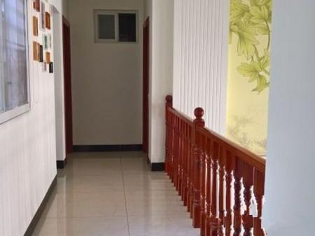 房子中等装修,简单大气,带家具出售。
