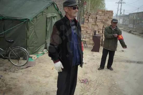 安新县中六村村口设置的检查站,检查运送沙土车辆的出入,禁止村民再建房屋 附近很多村庄都设置了同样的检查站